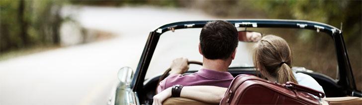 Man en vrouw in gebruikte auto